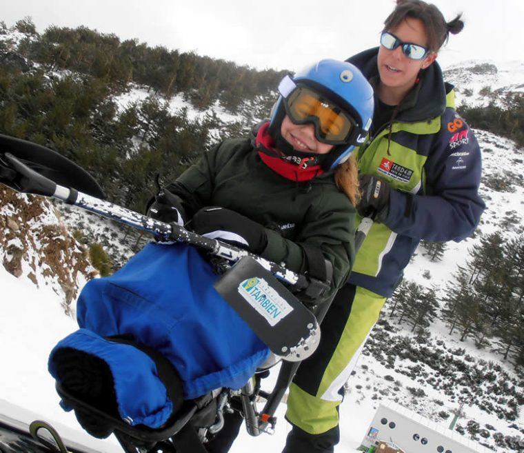 Técnicos expertos de la Fundación También acompañan a los niños con discapacidad en la práctica del esquí adaptado.
