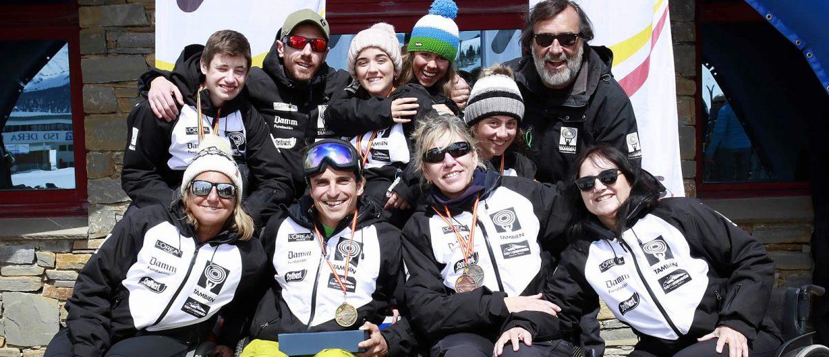 El equipo Fundación También Competición Esquí y Snowboard Adaptado durante el Campeonato de España en Baqueira.