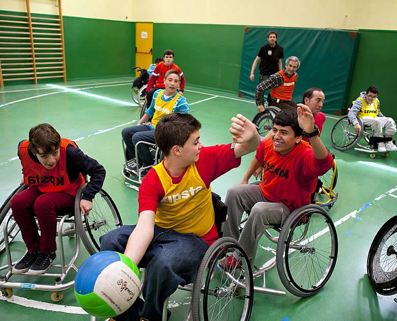 La Fundación También hace posible la práctica de baloncesto adaptado.